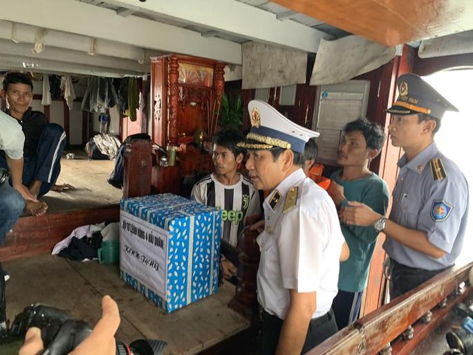 Rơi nước mắt cha con ngư dân Bình Định trùng phùng sau bão số 9 - Ảnh 5.