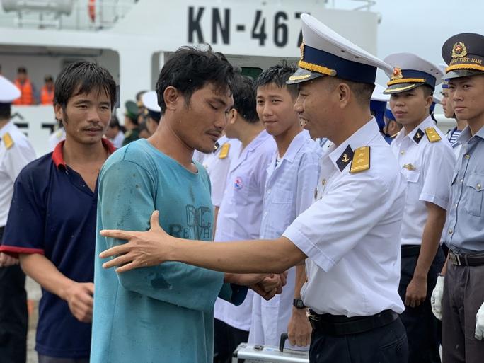 Rơi nước mắt cha con ngư dân Bình Định trùng phùng sau bão số 9 - Ảnh 12.