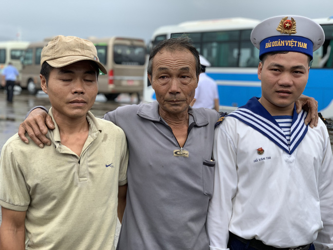 Rơi nước mắt cha con ngư dân Bình Định trùng phùng sau bão số 9 - Ảnh 9.
