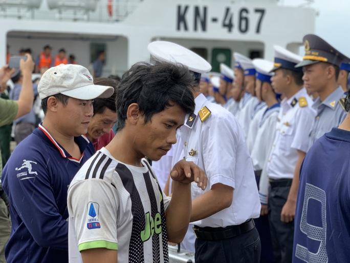 Rơi nước mắt cha con ngư dân Bình Định trùng phùng sau bão số 9 - Ảnh 11.
