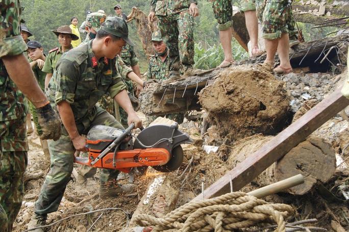 Thiếu tướng Nguyễn Đình Tiến: Dốc toàn lực tìm nạn nhân bị vùi lấp - Ảnh 12.