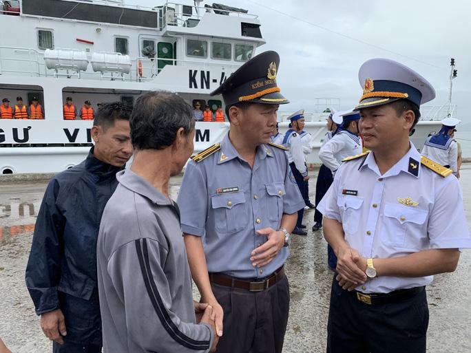 Rơi nước mắt cha con ngư dân Bình Định trùng phùng sau bão số 9 - Ảnh 13.