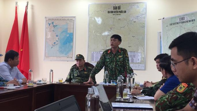 Sử dụng máy bay chuyển hàng cứu trợ cho người dân bị cô lập các xã ở Phước Sơn - Ảnh 1.