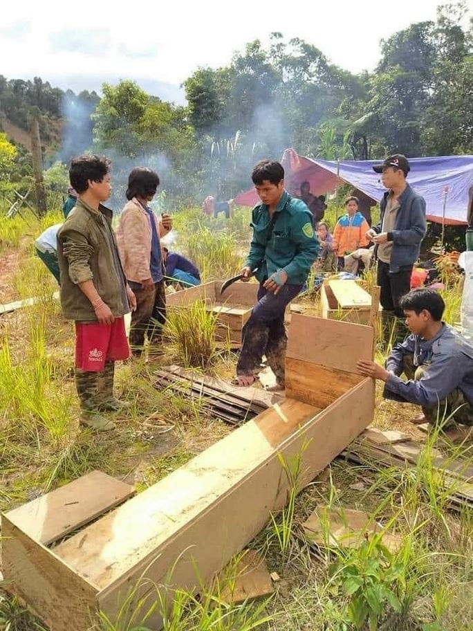 Sử dụng máy bay chuyển hàng cứu trợ cho người dân bị cô lập các xã ở Phước Sơn - Ảnh 4.