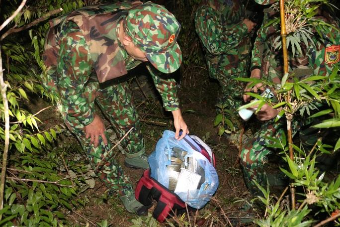 Nhóm buôn ma túy nổ súng chống trả, vứt lại 30 bánh heroin bỏ trốn - Ảnh 1.