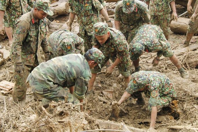 Thiếu tướng Nguyễn Đình Tiến: Dốc toàn lực tìm nạn nhân bị vùi lấp - Ảnh 10.