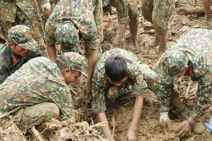 Thiếu tướng Nguyễn Đình Tiến: Dốc toàn lực tìm nạn nhân bị vùi lấp - Ảnh 9.
