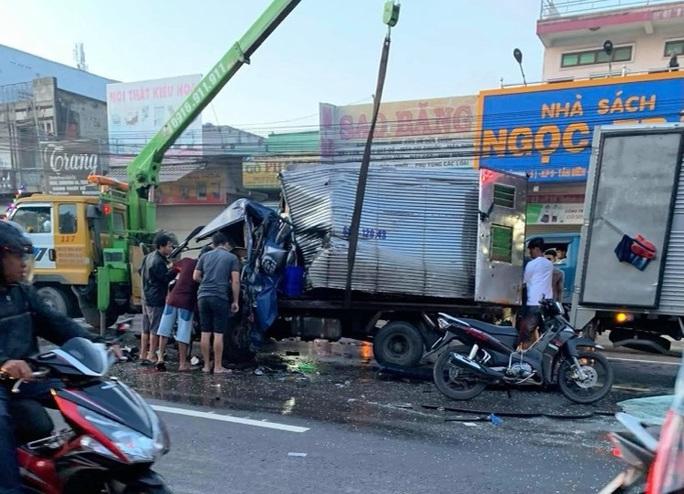 Xe tải tông trực diện xe khách, tài xế kẹt trong cabin vỡ nát - Ảnh 1.