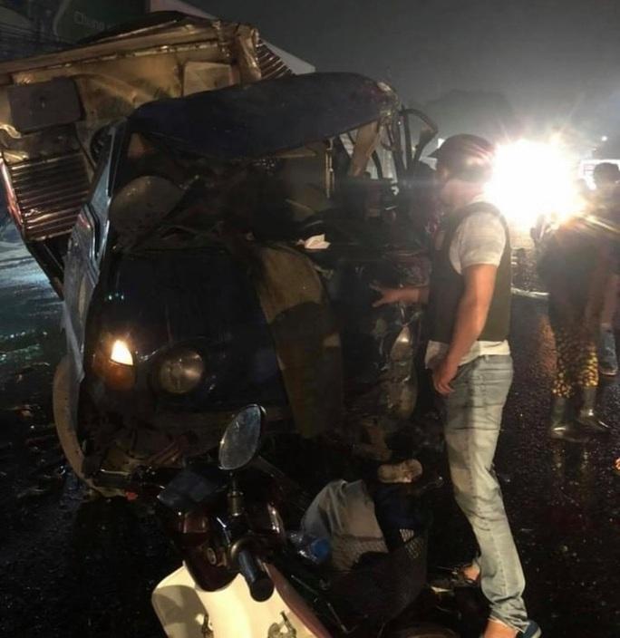 Xe tải tông trực diện xe khách, tài xế kẹt trong cabin vỡ nát - Ảnh 2.