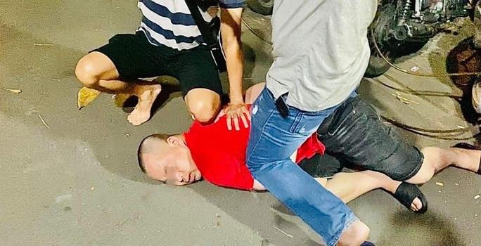 Cận cảnh công an quận Bình Thạnh mật phục bắt nhóm đối tượng cho vay lãi nặng - Ảnh 6.