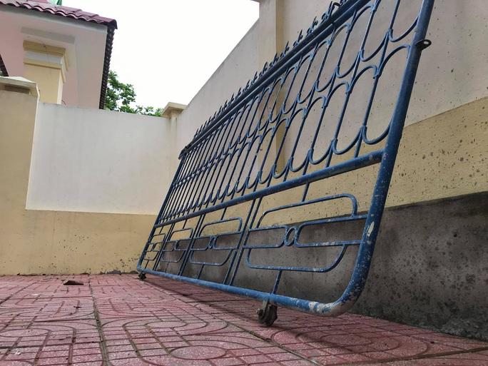 Sập cánh cổng trường trong giờ ra chơi, nữ sinh bị thương nhập viện cấp cứu - Ảnh 1.