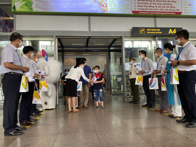 Đón đoàn khách du lịch đầu tiên đến Đà Nẵng sau dịch Covid-19 - Ảnh 1.