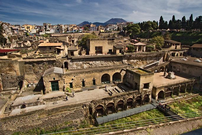 Rùng mình người hóa thủy tinh trong thị trấn ma 2.000 tuổi - Ảnh 1.