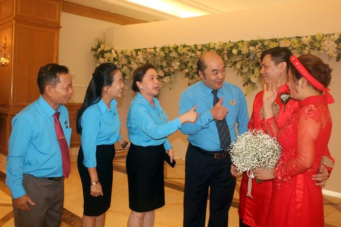 Xúc động lễ cưới tập thể dành cho công nhân khó khăn - Ảnh 1.