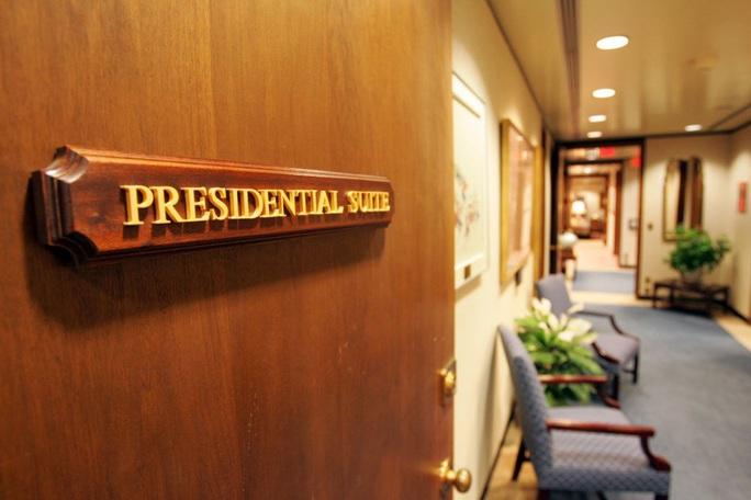 """Bên trong """"phòng tổng thống"""" tại bệnh viện ông Trump điều trị Covid-19 - Ảnh 1."""