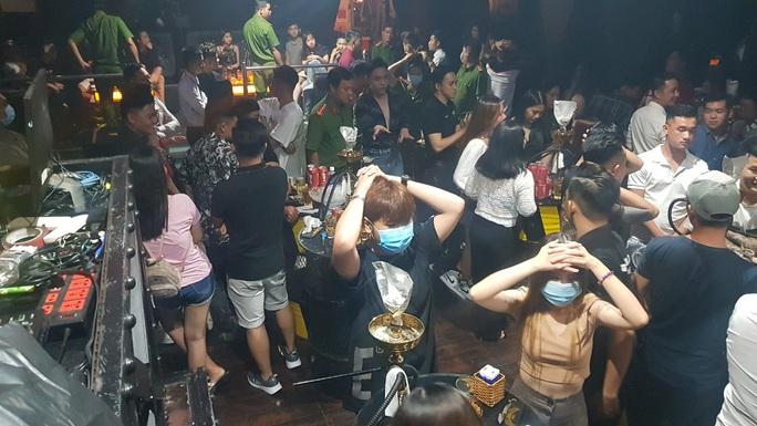 Công an Cần Thơ kiểm tra quán bar có 32 cô gái uống bia, hút shisha - Ảnh 1.