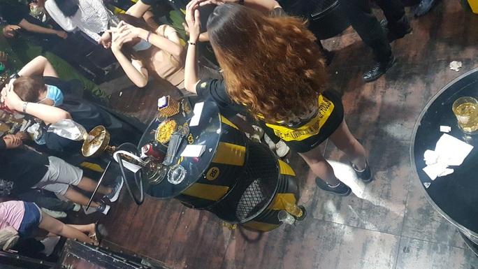 Công an Cần Thơ kiểm tra quán bar có 32 cô gái uống bia, hút shisha - Ảnh 2.