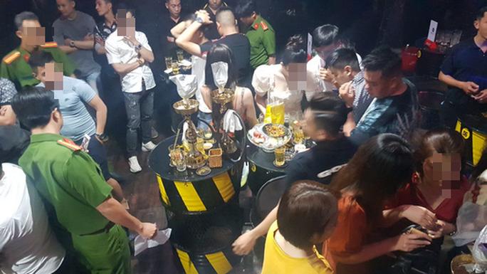 Công an Cần Thơ kiểm tra quán bar có 32 cô gái uống bia, hút shisha - Ảnh 3.