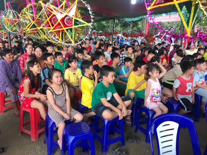 Trí Quang cùng gia đình nhạc sĩ Bắc Sơn đến với lớp học xóa mù chữ vùng sâu - Ảnh 2.