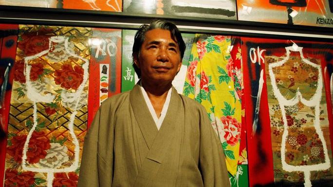 Ông chủ, nhà thiết kế thời trang Kenzo qua đời vì Covid-19 - Ảnh 1.