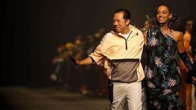 Ông chủ, nhà thiết kế thời trang Kenzo qua đời vì Covid-19 - Ảnh 2.