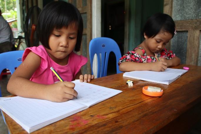 Báo Người Lao Động trao hơn 143,6 triệu đồng cho 2 cháu bé mồ côi ở Quảng Nam - Ảnh 6.