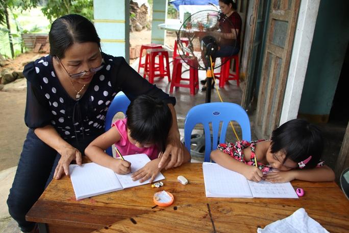 Báo Người Lao Động trao hơn 143,6 triệu đồng cho 2 cháu bé mồ côi ở Quảng Nam - Ảnh 7.