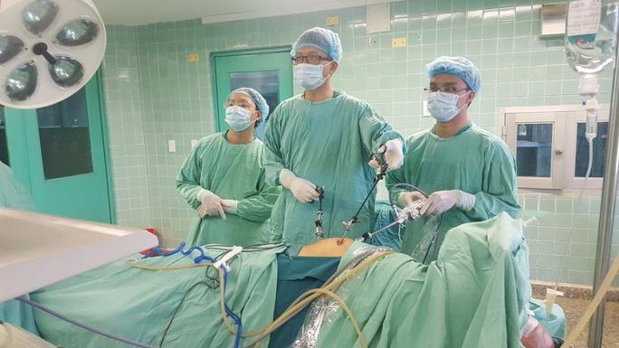 Quảng Bình: Nhịn tiểu nhiều giờ trên xe khách, 1 cụ bà nhập viện vì vỡ bàng quang - Ảnh 1.