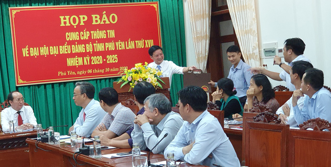 Đại hội Đảng bộ tỉnh Phú Yên: Tặng cặp giấy cho đại biểu - Ảnh 1.