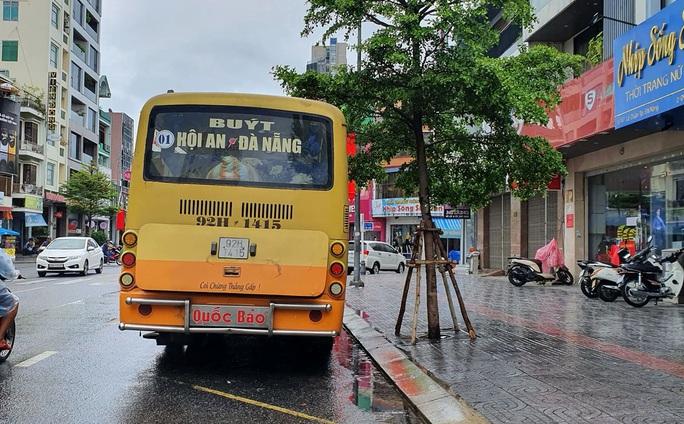 Bất chấp lệnh cấm, xe buýt liên tỉnh vẫn vô tư dạo phố Đà Nẵng - Ảnh 2.