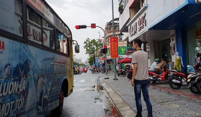 Bất chấp lệnh cấm, xe buýt liên tỉnh vẫn vô tư dạo phố Đà Nẵng - Ảnh 3.