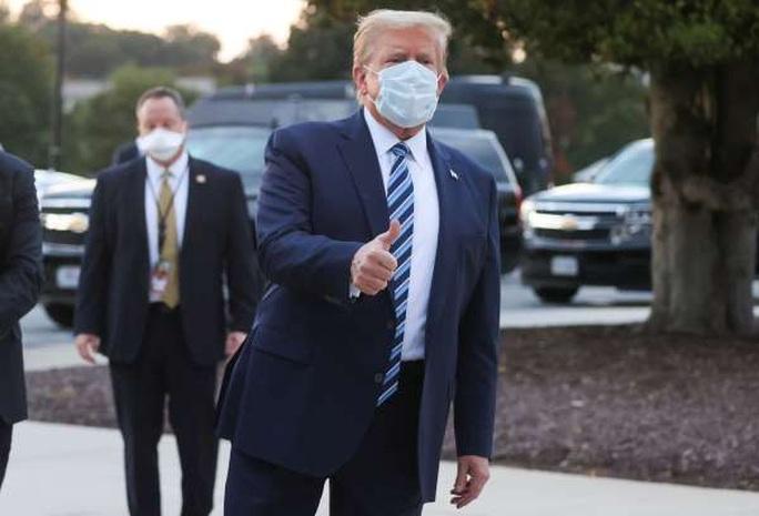 Tổng thống Trump xuất viện, lên trực thăng quay về Nhà Trắng - Ảnh 1.