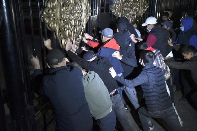 Người biểu tình lao vào tù phóng thích cựu tổng thống Kyrgyzstan - Ảnh 1.