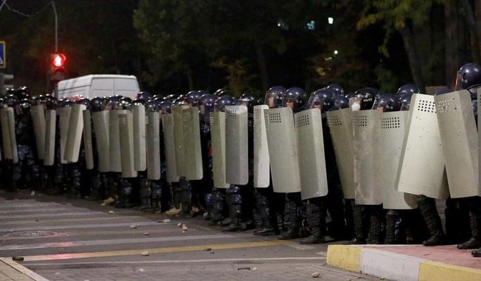 Người biểu tình lao vào tù phóng thích cựu tổng thống Kyrgyzstan - Ảnh 3.