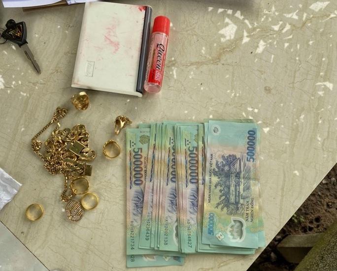 Trộm lẻn vào nhà, quăng lại tiền lẻ cho khổ chủ - Ảnh 2.