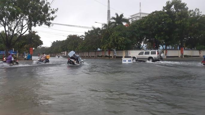 Quảng Nam mưa trắng trời, đường phố lênh láng, nhà dân tốc mái - Ảnh 6.