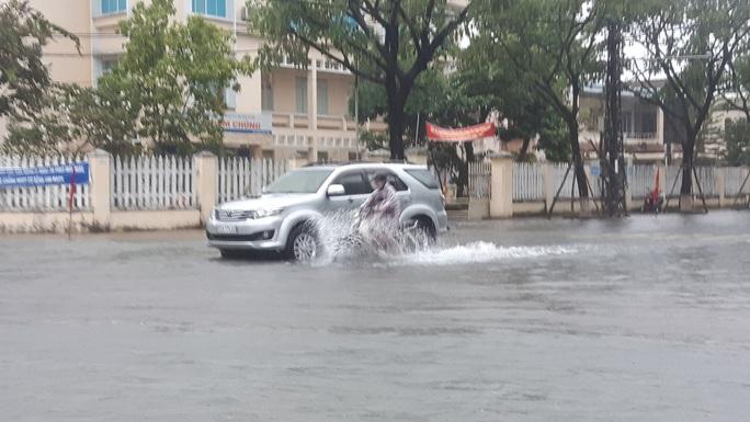 Quảng Nam mưa trắng trời, đường phố lênh láng, nhà dân tốc mái - Ảnh 5.