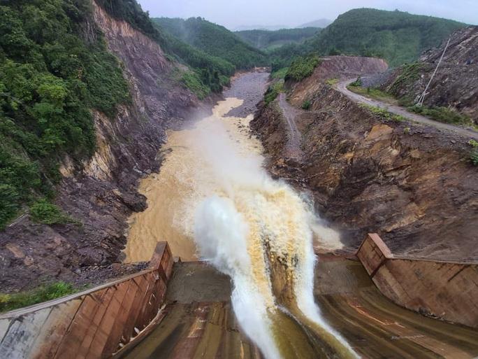 Quảng Trị: Mưa lớn, 2 người dân bị nước cuốn trôi mất tích - Ảnh 2.