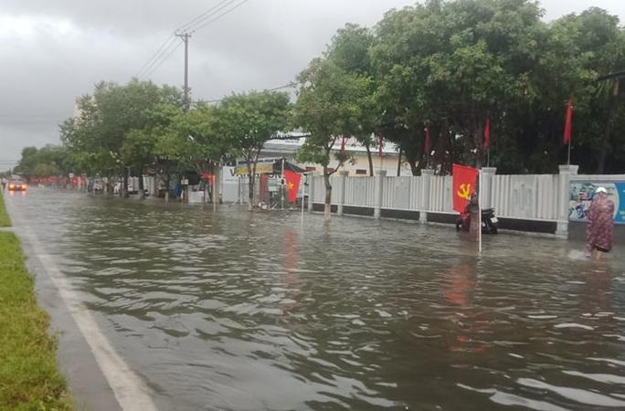 Quảng Nam mưa trắng trời, đường phố lênh láng, nhà dân tốc mái - Ảnh 2.