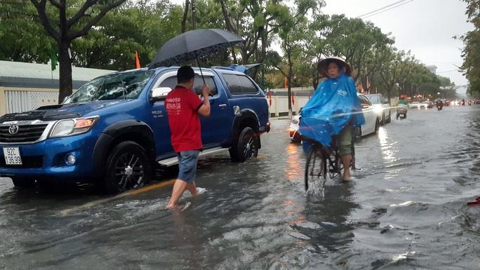 Quảng Nam mưa trắng trời, đường phố lênh láng, nhà dân tốc mái - Ảnh 4.
