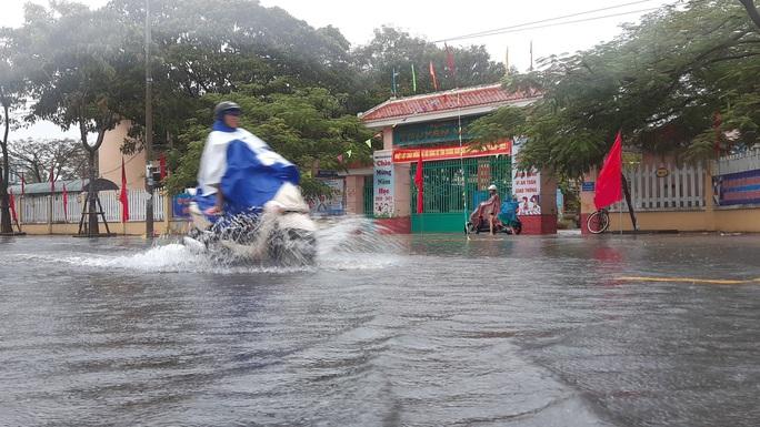 Quảng Nam mưa trắng trời, đường phố lênh láng, nhà dân tốc mái - Ảnh 3.