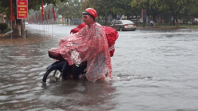 Quảng Nam mưa trắng trời, đường phố lênh láng, nhà dân tốc mái - Ảnh 11.