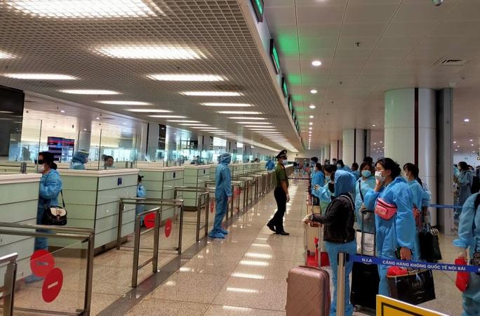 Tạm dừng chuyến bay quốc tế chở khách về Việt Nam - Ảnh 1.