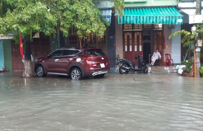 Quảng Nam mưa trắng trời, đường phố lênh láng, nhà dân tốc mái - Ảnh 7.