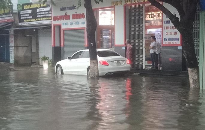Quảng Nam mưa trắng trời, đường phố lênh láng, nhà dân tốc mái - Ảnh 1.