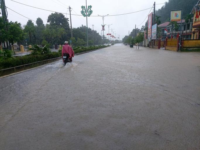 Quảng Trị: Mưa lớn, 2 người dân bị nước cuốn trôi mất tích - Ảnh 4.
