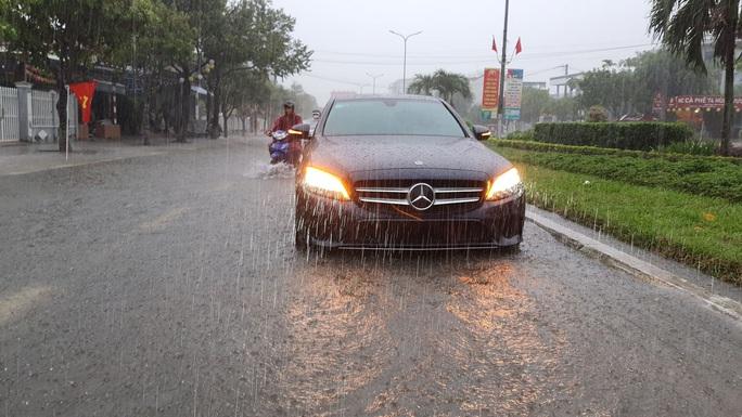 Quảng Nam mưa trắng trời, đường phố lênh láng, nhà dân tốc mái - Ảnh 9.