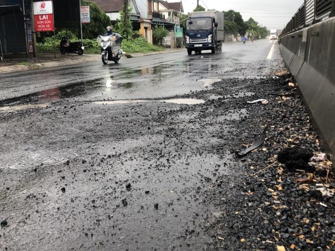 Mặt đường Quốc lộ 1 lộ nhiều ổ voi, ổ gà sau mưa - Ảnh 2.