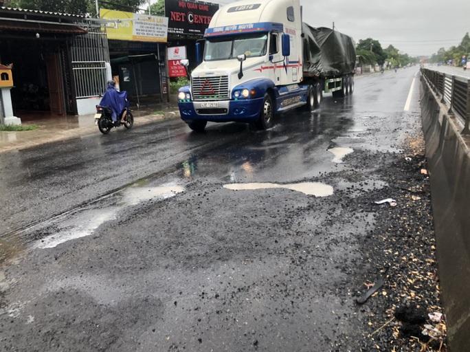 Mặt đường Quốc lộ 1 lộ nhiều ổ voi, ổ gà sau mưa - Ảnh 1.