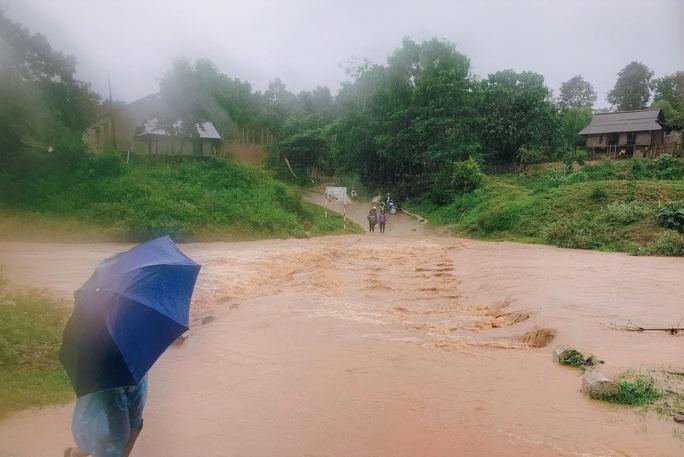 Quảng Trị: Mưa lớn, 2 người dân bị nước cuốn trôi mất tích - Ảnh 1.